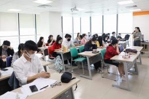 Sinh viên đang học ngành bất động sản trên lớp