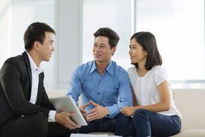 Nhân viên môi giới bất động sản đang tư vấn cho khách hàng